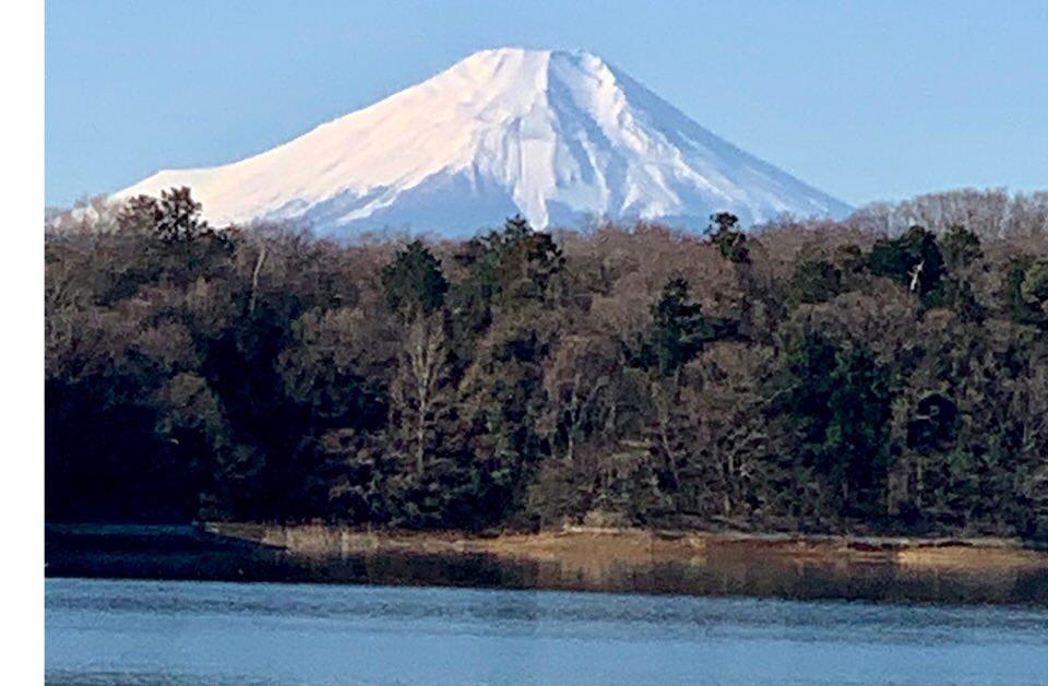 多摩湖から見る雪の富士山